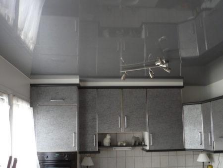 На фото - пленка под серебро украшает кухонный интерьер