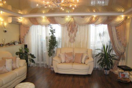 Классический стиль интерьера дополняет глянцевый натяжной потолок