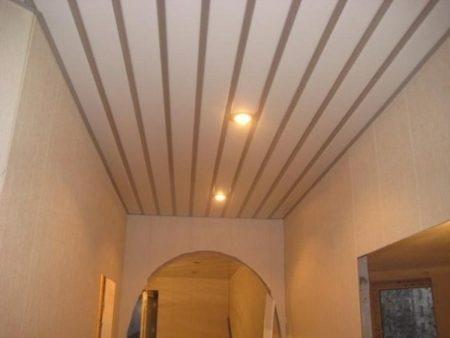 Фото отделки из алюминиевой рейкой в коридоре