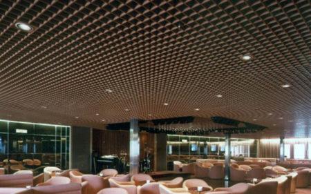 Крупноячеистый потолок грильято для высокого помещения