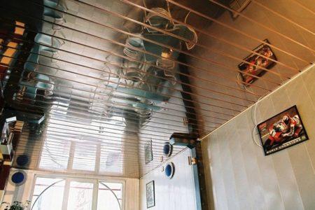 Фото зеркального реечного потолка