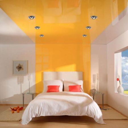 Глянцевый натяжной потолок яркого цвета – украшение спальни