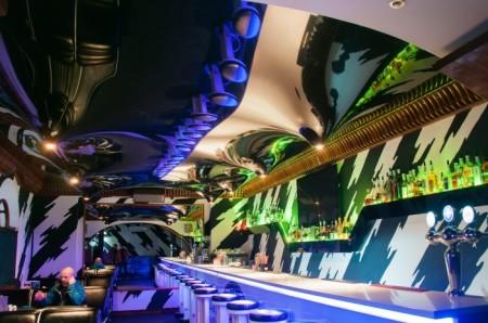 Потолочная конструкция из натянутой пленки в ночном клубе