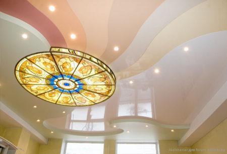 Комбинированный натяжной потолок из пленок, витража и гипсокартонной окантовки