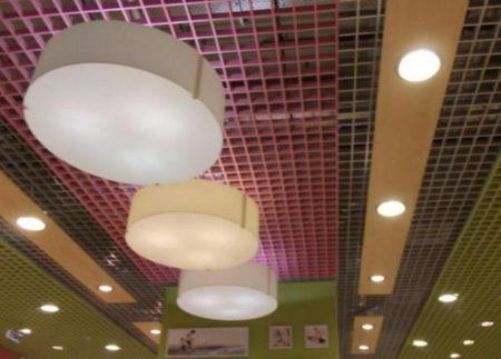 Расположение светильников на ячеистом потолке