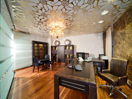 Красивый тканевый потолок в сочетании с центральной люстрой
