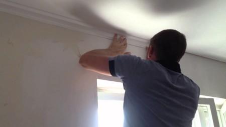 Клеить галтели необходимо только к стене