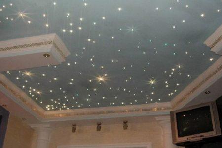 Имитация звездного неба зрительно увеличивает высоту потолка