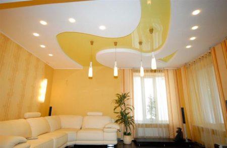 Хорошо подобранная схема светильников, на потолке создающая настроение