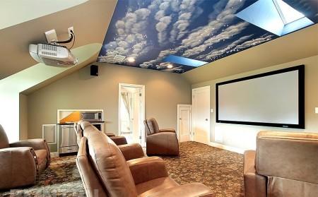 Изображение неба зрительно приподнимает и расширяет комнату