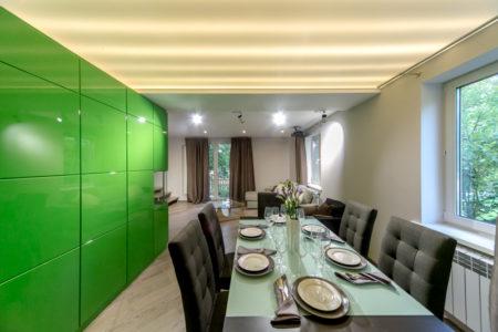 Контрастная пластиковая стена выделяет обеденную зону