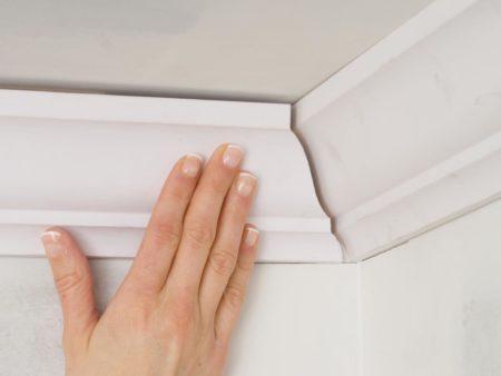 Процесс монтажа конструкции к потолку в соответствии с подобранными ранее размерами
