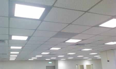 Расположение встроенных плоских потолочных светильников в дизайне интерьера общественного помещения