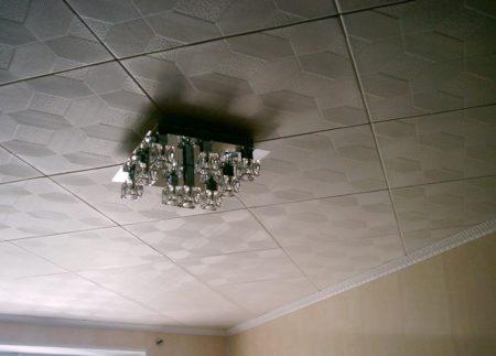 Потолочный плинтус традиционной расцветки в дизайне интерьера помещения