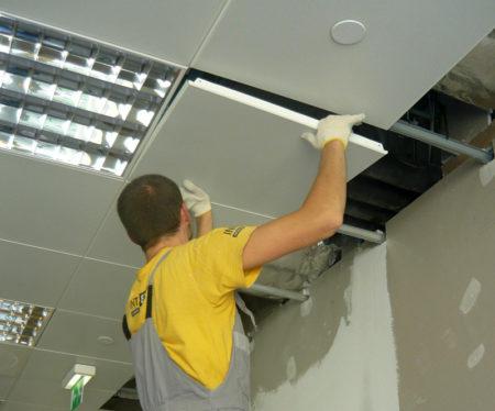 Крепление кассет непосредственно на потолки – укладка кассет в имеющиеся отверстия каркаса