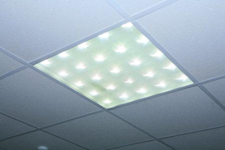 Потолочный светильник «Армстронг», в котором лампы расположены в шахматном порядке, смотрится интересно