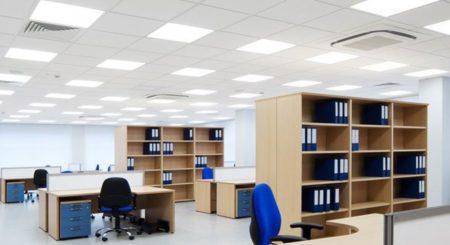 Расположение плоских встроенных светильников в интерьере офиса