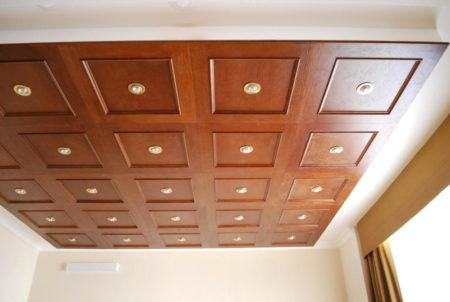 Деревянный потолок прекрасно гармонирует с классическим интерьером