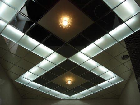 Внешний вид кассетного потолка после монтажа и установки светильников