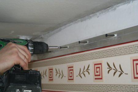 Монтаж багета для натяжной потолочной конструкции